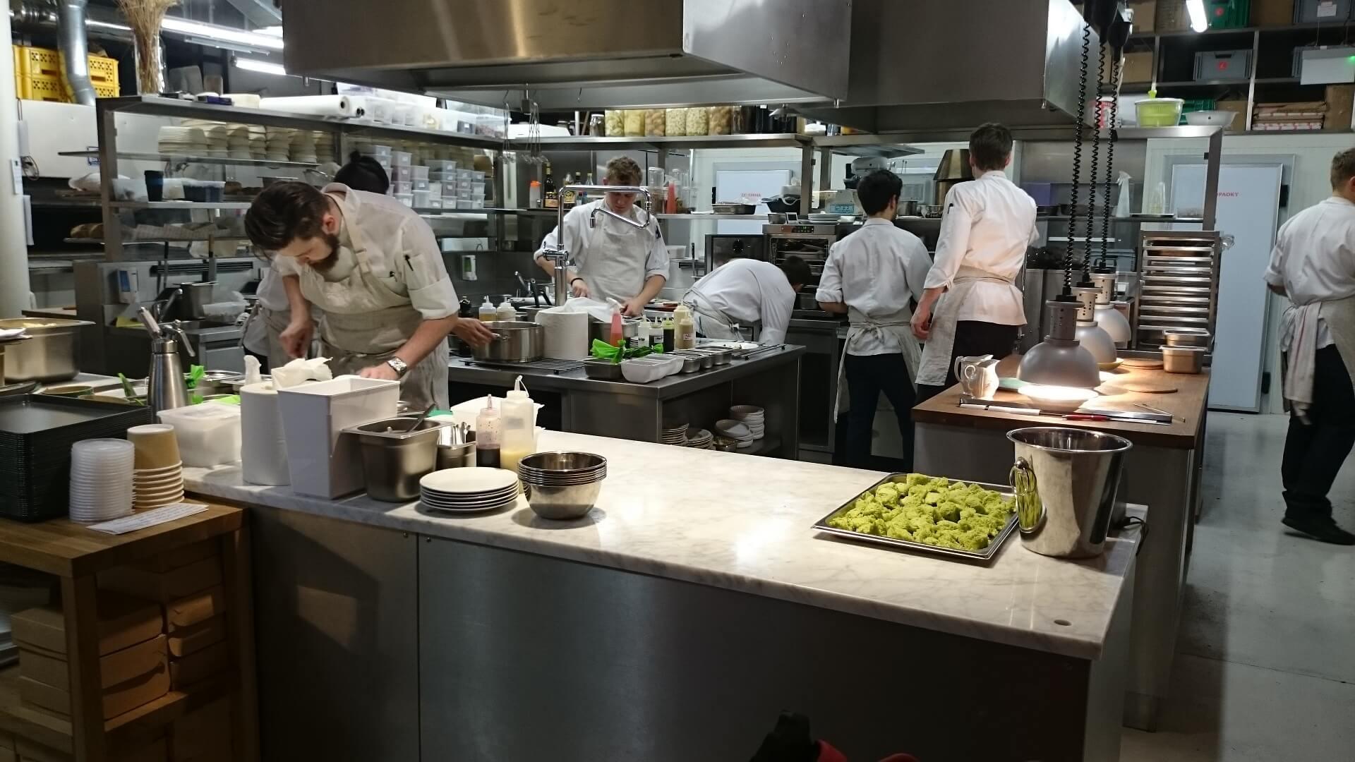 Une cuisine avec des cuisiniers
